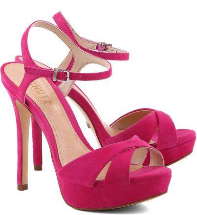 As color sandals tem espaço garantido na estação de calor. São divertidas, perfeitas para tirar do óbvio o seu look da balada. Aposte em vestidos que abusam das listras e de detalhes que remetem ao é