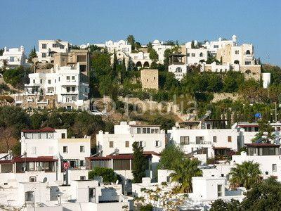 Weiße Ferienhäuser an einem Berghang in Bodrum am Ägäischen Meer in der Provinz Mugla in der Türkei