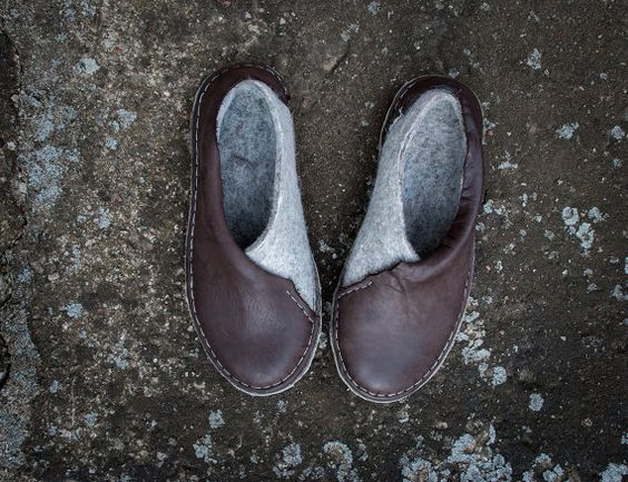 Neue Kollektion 2016  die Umschlag-Schuhe . Frauen Männer unisex vollständig handgemachte Schuhe aus braunem Leder und natürliches grau verfilzt Wolle mit einem super gemütlichen Touch und ist sehr warm. Wollfilz eine natürliche und nachwachsender Material, hergestellt aus 100 % Wolle, nur mit heißem Wasser und Seife - einer der reinsten Prozesse in Textil verwendet wird. Warme Gefühl an einem kalten Tag und kühl an einem heißen Tag durch Isolierungseigenschaften der Wollfaser, es ist extrem…