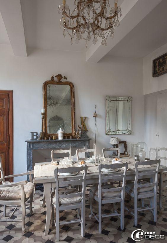 Salle à manger d'esprit Gustavien et meublée avec une table et des chaises provençales patinées en gris chinées chez 'Roberto la brocante' à Uzès