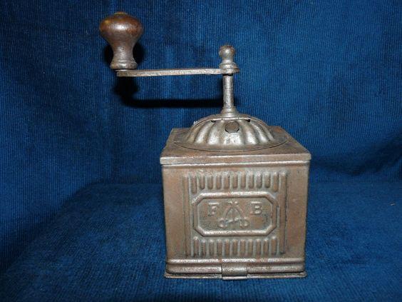 jolie petit moulin poivre ancien en t le sign fb tre spade antiques collectibles. Black Bedroom Furniture Sets. Home Design Ideas
