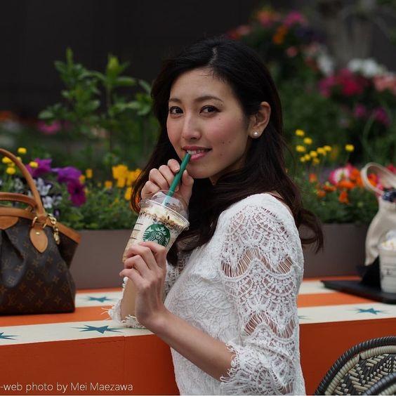 スタバを飲む小澤陽子