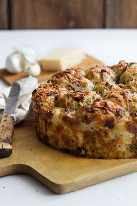 Kräuter-Käse-Pizzabrot  • • • vegetarisch | Partygebäck | tolle Beilage • • •  Zubereitung: 45 min – Wartezeit: ~2h – Backzeit: ~ 35-45 min | einfach |5_stars  Zutaten (für eine 26cm Springform)      500g Mehl     1 Tütchen Trockenhefe     10g Meersalz     30ml Olivenöl     280ml Wasser     2 Knoblauchzehen, fein gehackt  Für die Füllung      220g Bergkäse     85g Parmesan     1 Bund Frühlingszwiebel     2 EL Petersilie, gehackt     1 große Knoblauchzehen     10 ...