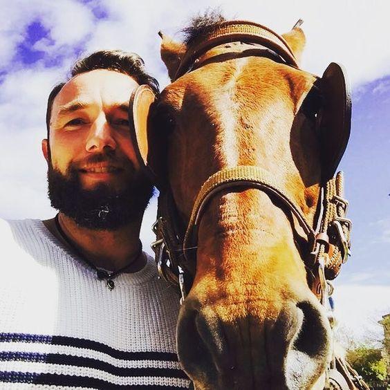 Más andalú no lo hay! #selfie #selfieanimal #horse #barberlife #beard #barberlove #horse #cordoba #brown #andalú #naturaleza #nature #diadeandalucia by rafababylon7