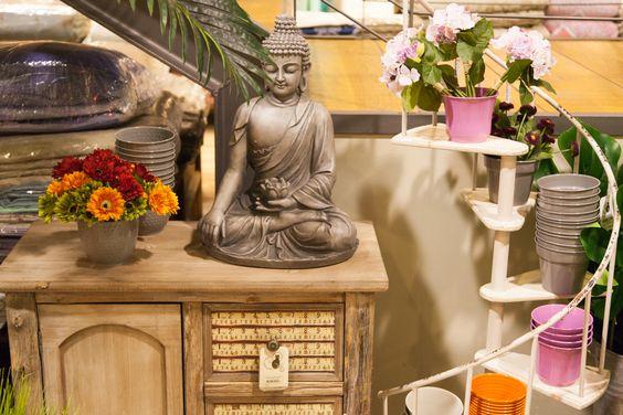 O Buda Lótus entre o Armário Quinta e a Escada Floreira Branca   A Loja do Gato Preto   #alojadogatopreto   #shoponline