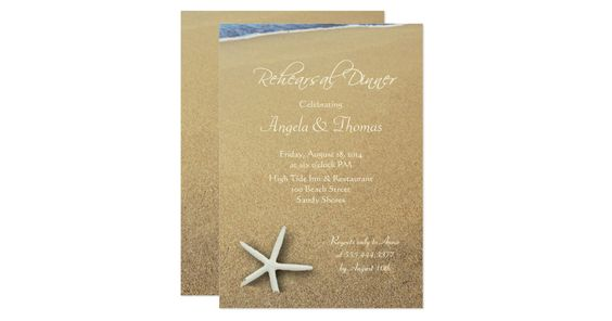 熱帯テーマの結婚式のリハーサルの夕食。  白いテンプレートの文字が付いている砂浜の白いヒトデ。  あらゆるビーチまたは行先の結婚式のリハーサルのパーティーのために完成して下さい。  フェルトの紙は示され、変わることができます。  白い封筒と来ます。  ............................