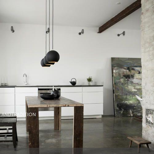 Ein minimalistischer Essbereich wirkt offen und ruhig und lenkt die Aufmerksamkeit auf die wesentlichen Dinge. Die Holzmöbel geben diesem Raum ein rustikales Flair…