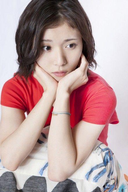 悩めるポーズの松岡茉優