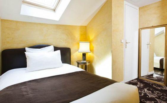 Camera con pareti gialle