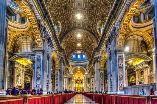 サン・ピエトロ大聖堂の内部の神秘的な1枚です。