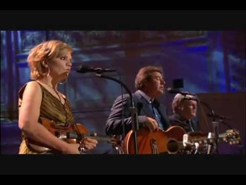 This gives me chills Vince Gill/Alison Krauss/Ricky Skaggs - Go Rest High On That Mountain [Live]