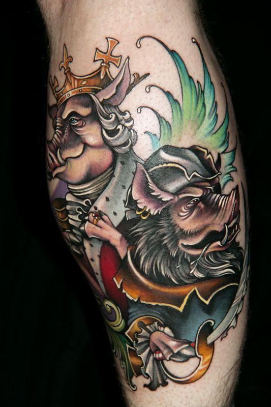 Ein wahrhaft königliches Schweinepaar! Das tolle farbrealistische Tattoo mit viel Schwarz für die Haltbarkeit hat Theresa Sharpe aus dem Studio 13 in Ft. Wayne gestochen.