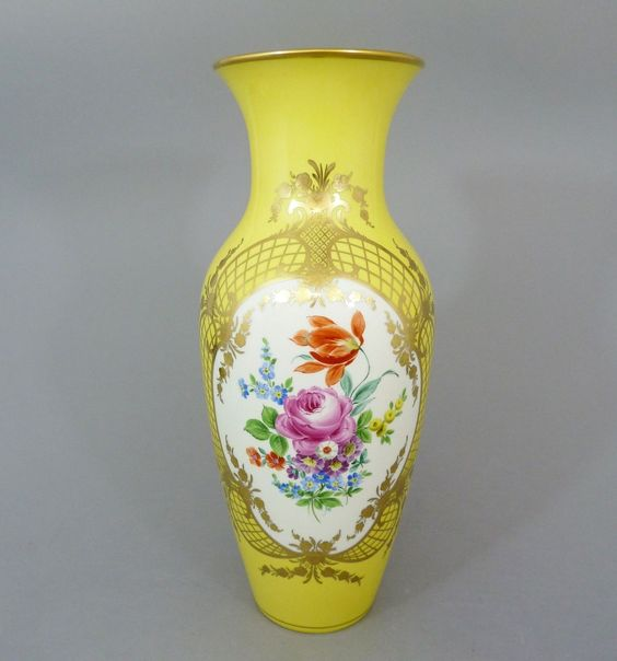 KPM Berlin, große Vase / Bodenvase mit Blumenbukett, gelber Fond H= 40 cm in…