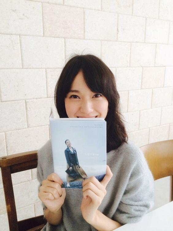 本を持ってニッコリしている戸田恵梨香さん