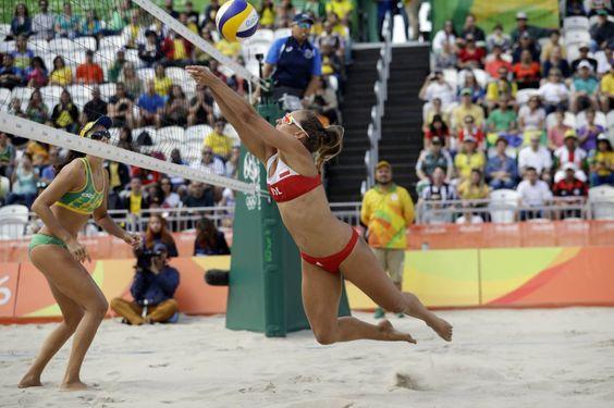 Rio 2016: La polaca Monika Brzostek (derecha) se tira para devolver el balón de voleibol playa en el partido contra Brasil.