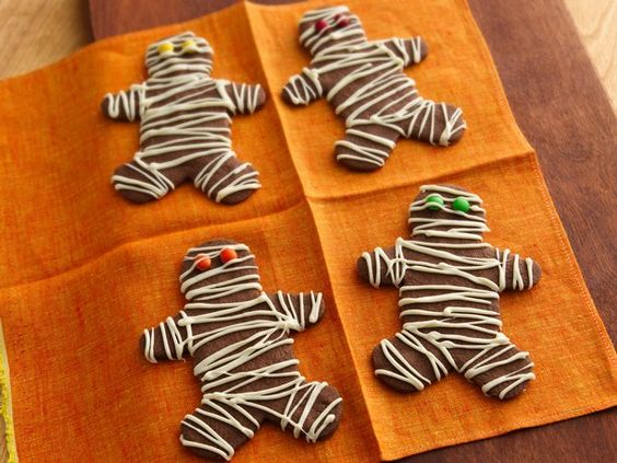 Clever decorating idea: gingerbread mummies, cookies for Hallowe'en