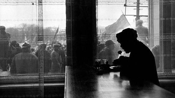 1993 год. Пожилой мужчина ест в столовой у окна, за которым идет митинг коммунистов против демократического режима правления президента России Бориса Ельцина
