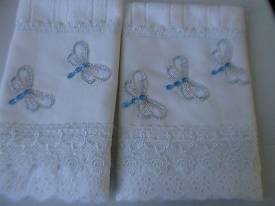 Toalhas de lavabo mine  Aplicações de libelulas rebordadas com miçangas espelhadas  Acabamento bico inglês e guipir R$ 50,00