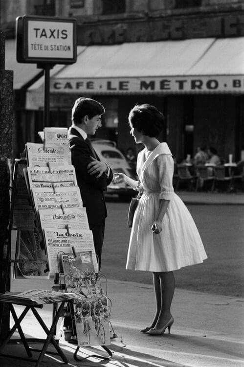 新聞売り場とカップルのモノクロ・白黒写真の壁紙