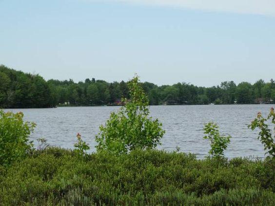 Sentier écologique du Lac Rose - Situé au sud-ouest du lac Rose, à Sainte-Marie-de-Blandford. Sentier de 1,2 km avec panneaux d'interprétation, incluant une passerelle de bois de 275 mètres. Découvrez les caractéristiques des milieux humides, la diversité de la flore et de la faune qu'on peut y observer et le rôle écologique d'un marais filtrant.