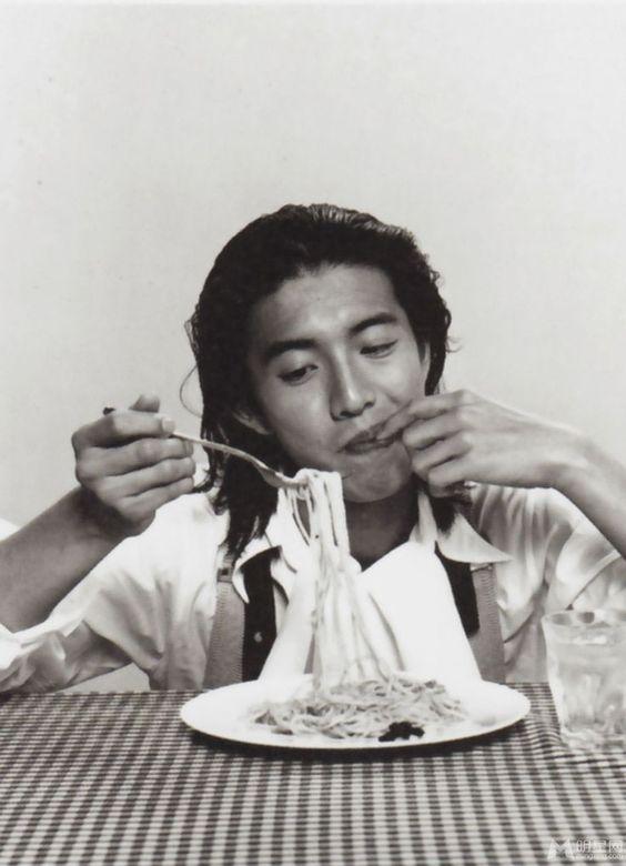パスタを食べている木村拓也