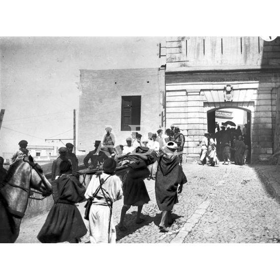 SUCESOS EN MELILLA CONDUCCIÓN AL HOSPITAL DE MOHAMED-BEN-DRUIT DE LA CABILA DE MAZUZA HERIDO EN LA OPERACIÓN DEL DÍA 30 CUANDO PELEABA EN FAVOR DE ESPAÑA. FOTO: GRICO:30/08/1911 Descarga y compra fotografías históricas en | abcfoto.abc.es