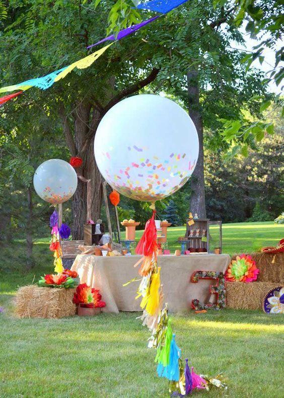 decoración de fiestas con globos gigantes y guirnaldas de flecos