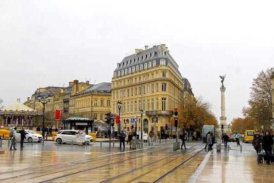 Вид на ярмарку и монумент на площади Quinconces
