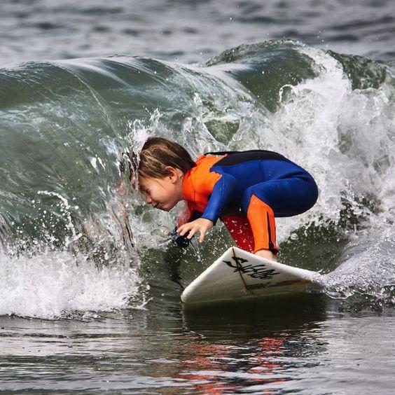 少年サーファーが波のトンネルにあたる