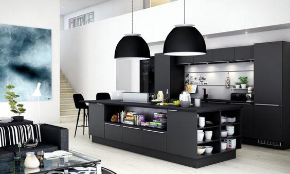 Schwarze Küche mit Regalen in der Kochinsel