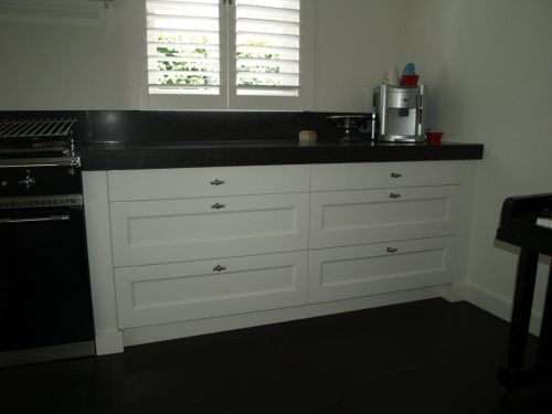 Witte landelijk moderne keuken met Lacanche fornuis en houten ...