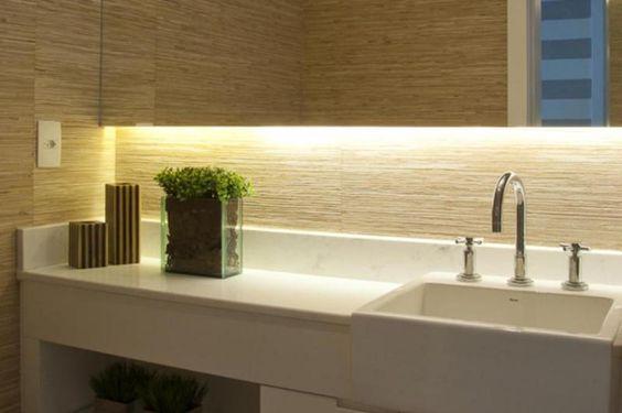 No banheiro transformado em lavabo, observe o revestimento de rolos de palha em tom natural, somente adequado a um lavabo,  ambiente com men...