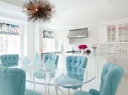 Sala de jantar- Monte uma decoração totalmente com as candy colors ou aplique as cores em determinados pontos da sua composição como as cadeiras por exemplo.: