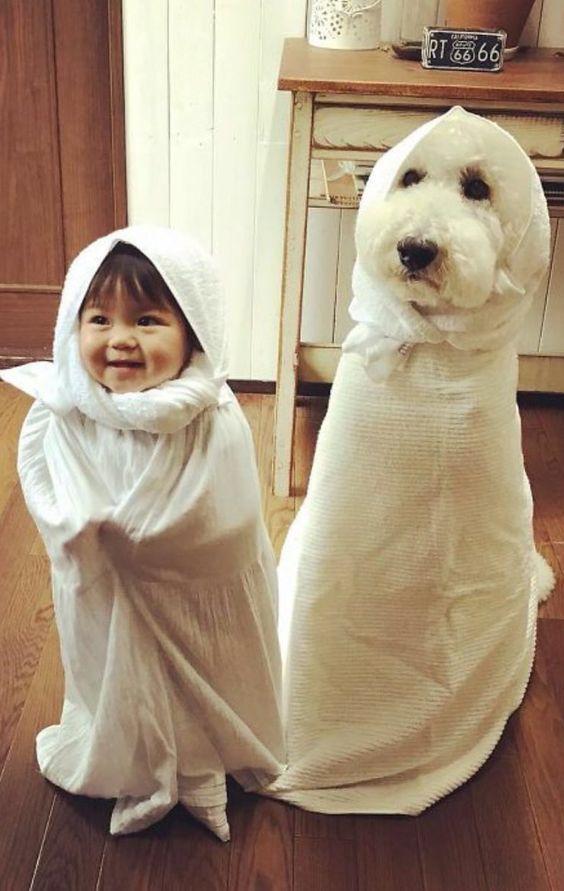 おばけのような犬と赤ちゃん