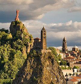 Le Puy-en-Velay, un premier parfum du Sud Préfecture de la Haute-Loire, la ville du Puy-en-Velay jouit d'un patrimoine architectural exceptionnel. Ancienne ville fortifiée, l'illustre cité mariale du Velay est le point de départ du pèlerinage pour Saint-Jacques-de-Compostelle.  Pour aller plus loin : http://www.auvergne.fr/content/puy-en-velay-haute-loire