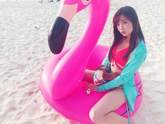 ピンクのフラミンゴの浮き輪に座っている熊江琉唯の画像