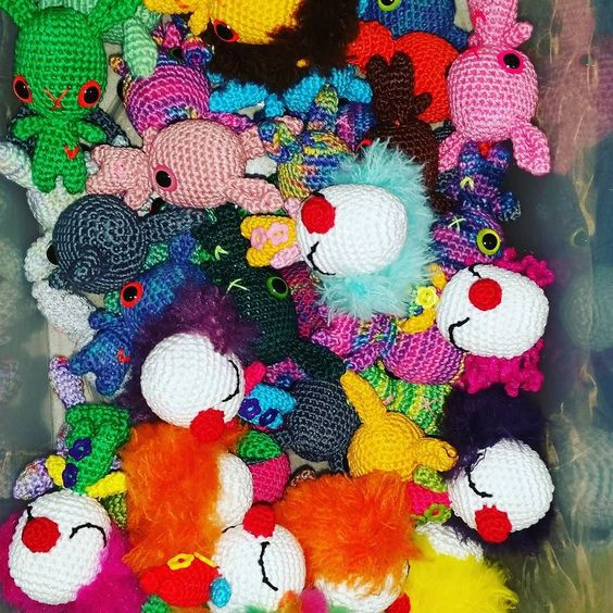 #mostridifilo #crochet #crochetlove #amigurumi #amigurumidolls #clown #pagliaccio #handmade #withlove #l4l #likers #like4like #like #followers #followme #bunny #coniglio #portachiavi #tanti #mucchio #pieno #colorati #allegriclown #allegri #divertenti by mostridifilo