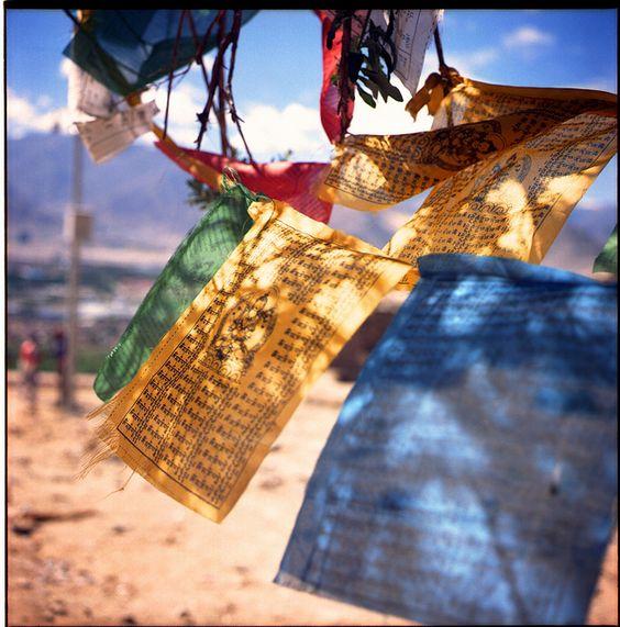 Idée: disposer des drapeaux de prière tibétains au plafond