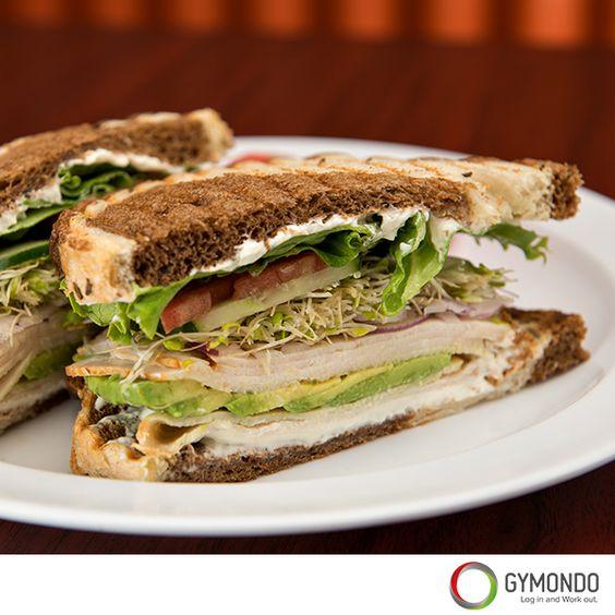 GYMONDO Brot mit Avocado, Tomaten und Putenbelag: Brot ist nicht immer Brot. Einfaches Weißbrot z.B. macht nicht besonders satt und ist auch nicht sehr gesund. Nimm lieber Mehrkornbrot, Schwarzbrot oder backe Dir Dein eigenes Brot. Ein Belag aus Pute, Avocado und Tomaten ist der optimale Start in den Tag. | | Noch mehr leckere und gesunde Rezepte findest Du kostenlos in der GYMONDO App >>> https://itunes.apple.com/de/app/gymondo-fitness-programme/id1011796416?mt=8