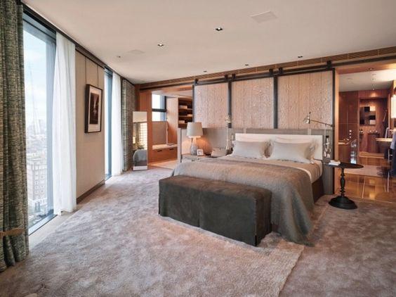 modernes schlafzimmer fensterfront graues bett beige teppichboden - kleines schlafzimmer fensterfront
