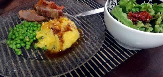 Ervilhas,  purê de mandioquinha com carne assada. Acompanhado de salada de rúcula tomate seco.