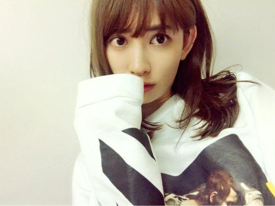 萌え袖のかわいい小嶋陽菜