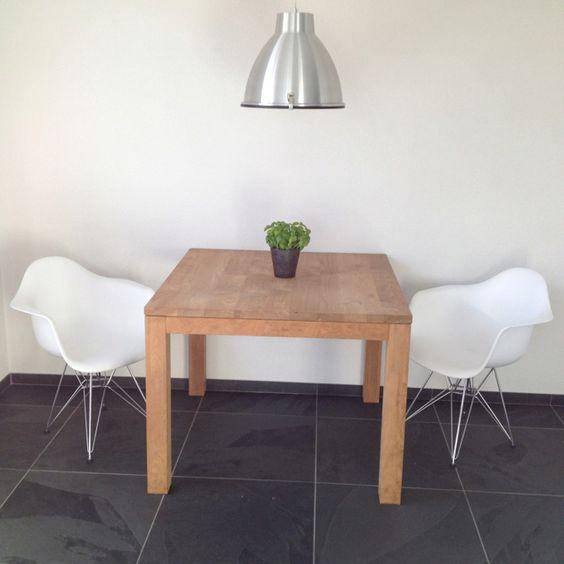 Keukentafel met Eames stoeltjes.2