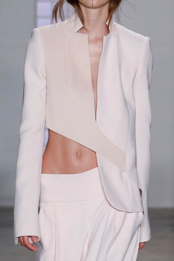 Pensei que fosse sujeira no mojito, esse troço no queixo dela.. haha Asymmetrical jacket, chic tailored fashion details // Dion Lee Spring 2016 | @andwhatelse