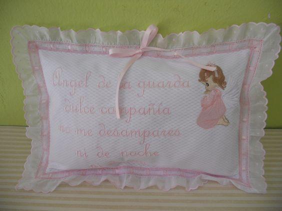 Coj n angel de la guarda realizado en piqu blanco con for Cojines con nombres bordados