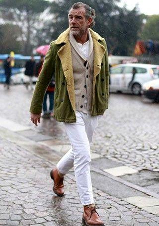 カーキムートンジャケット×白パンツの着こなし【60代男性】(メンズ)