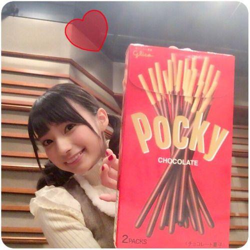 大きなポッキーと高野麻里佳さん