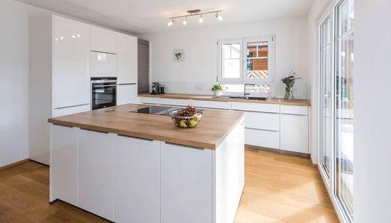 Küche weiß hochglanz, Eichenboden, Elemente aus Altholz - wand laminat küche