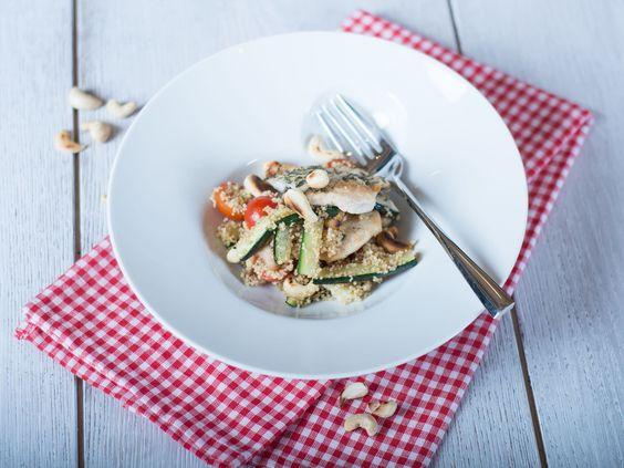 Dieser Couscous-Salat hat sich als absoluter Party-Renner bewährt und kann leicht für mehrere Personen zubereitet werden!