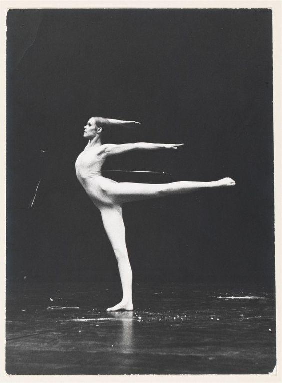 Carolyn Carlson, écriture et mouvement à la BNF : Carolyn Carlson dans Les Fous d'or. Théâtre de la Ville, GRTOP, 1975. © Claude Lê-Anh. BnF, Arts du spectacle